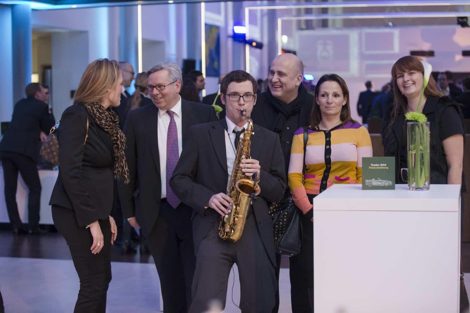 Event mit Saxophonspieler und Gästen in Frankfurt
