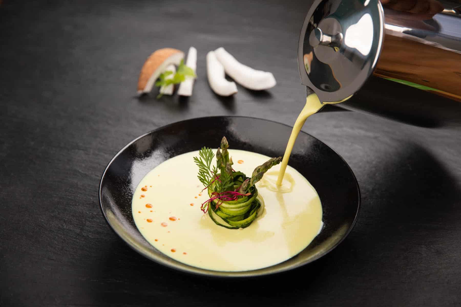 helle Suppe wird serviert