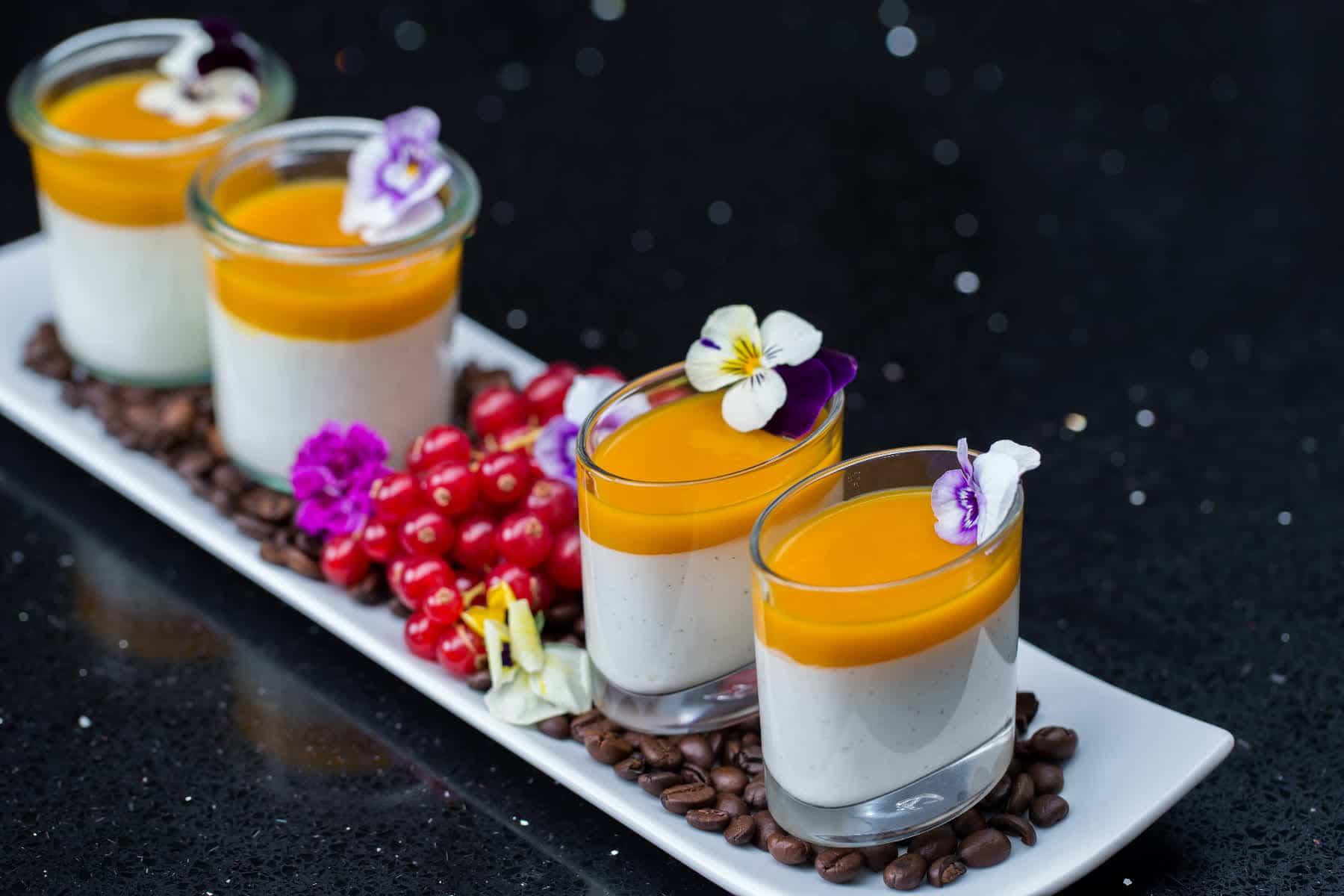 Foodfotografie 4 Weckgläser als Dessert mit Bohnen und Beehren
