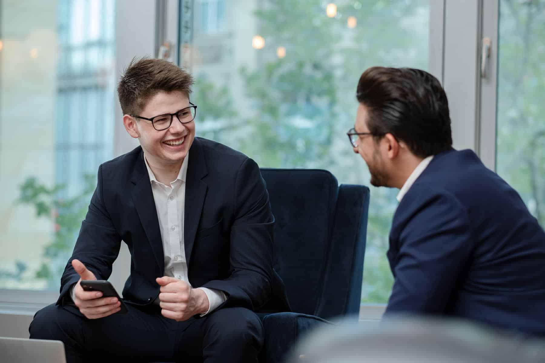 Corporate Fotografie Philipp Gülpen im Gespräch mit Kollegen