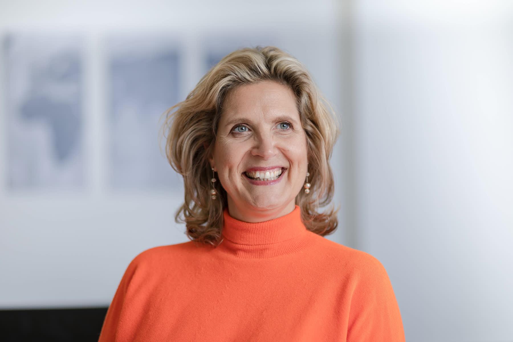 Businessportrait Daniela Gerdes mit rotem Pullover lächenlnd
