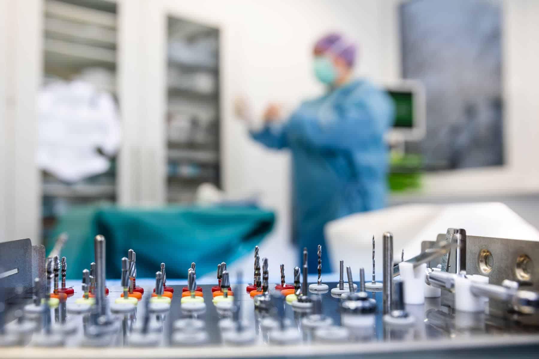 MKG Palais Zahnoperation mit Arzt im Hintergrund