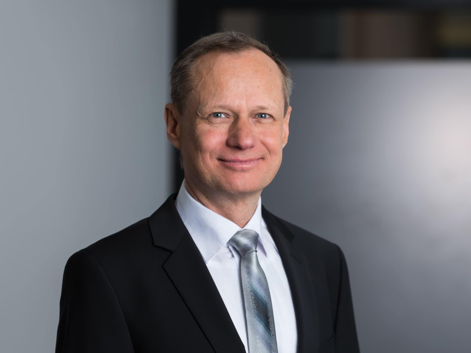 Businessportrait Mann mit Krawatte und dunklem Anzug