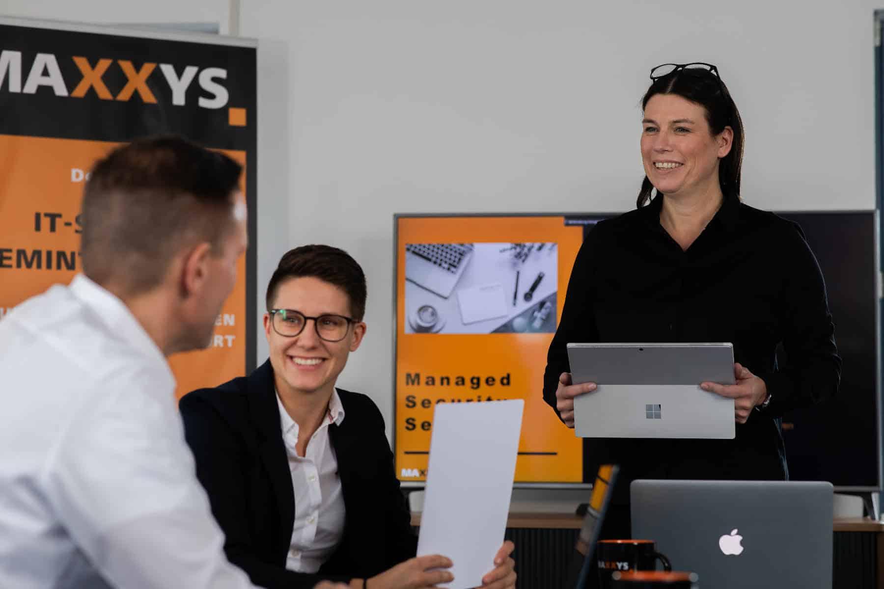 Corporate Fotografie Maxxys IT zwei Frauen ein Mann im Meeting