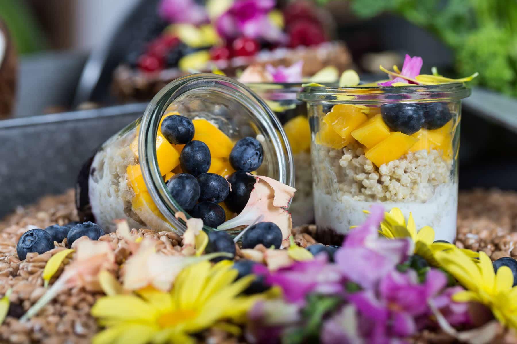 zwei Nachtischdessert im Weckglas mit Beeren