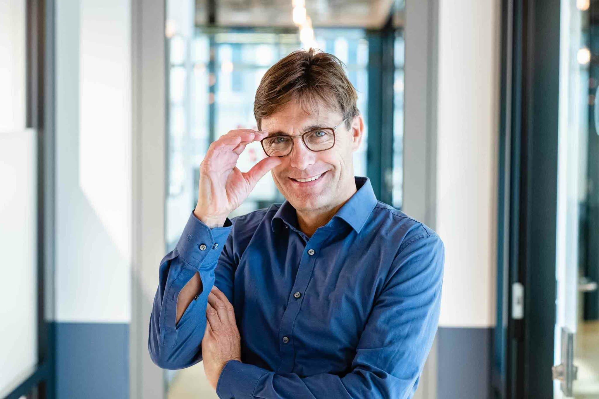 Jens Braune Fotograf -Griff an die Brille
