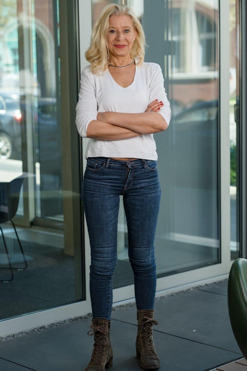Businessfoto Frau stehend an einer Wand