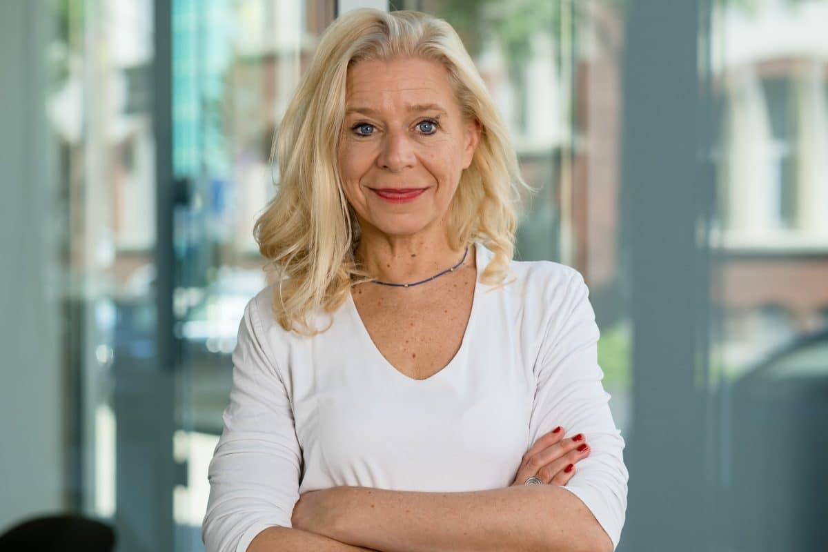 Portraitfoto Frau in weißer Bluse