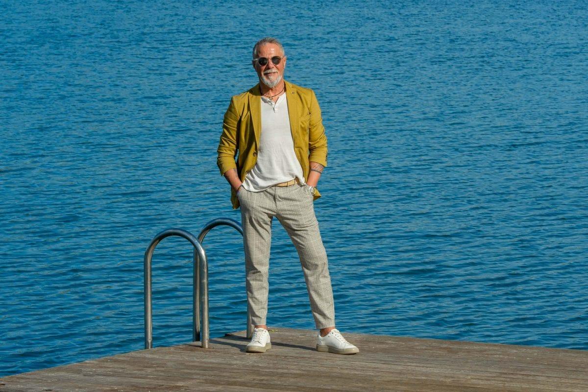 Businessportrait Mann mit gelben Jacket auf einem Steg